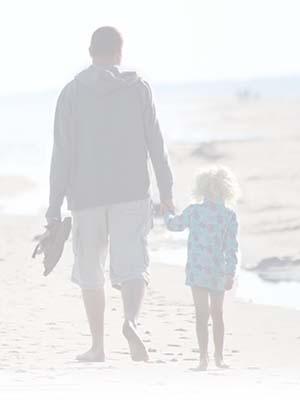 Strand hand in hand vader en dochter